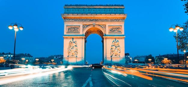 Panoramisch zicht op arc de triomphe 's nachts