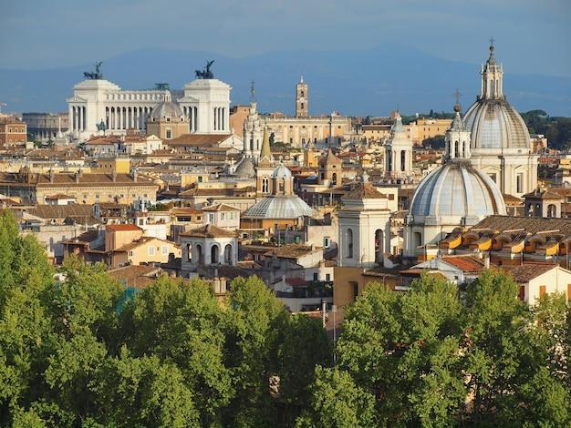 Panoramisch zicht op daken koepels en altaar van het vaderland altare della patria van rome italië