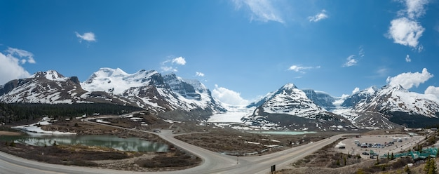Panoramisch zicht op de athabasca-gletsjer in canada