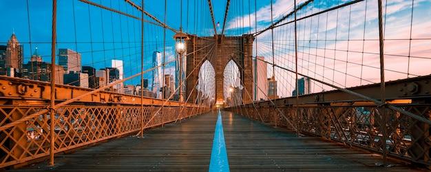Panoramisch zicht op de brooklyn bridge in manhattan, new york