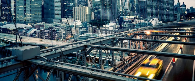 Panoramisch zicht op de brooklyn bridge in new york city.