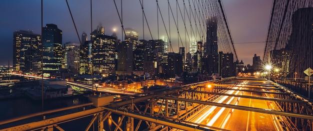 Panoramisch zicht op de brooklyn bridge 's nachts