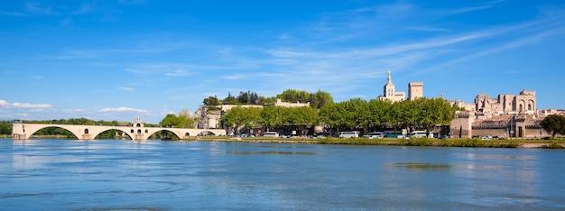 Panoramisch zicht op de brug van avignon met pauselijk paleis, pont saint-benezet, provence, frankrijk