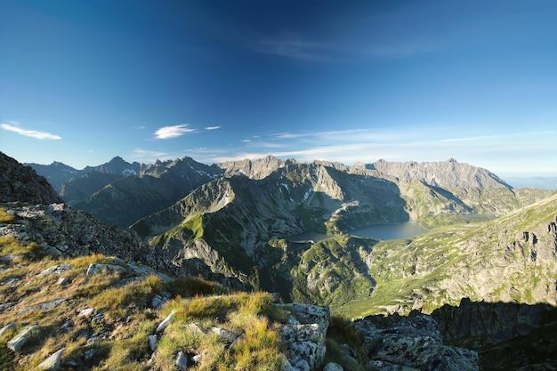 Panoramisch zicht op de karpaten bij dageraad
