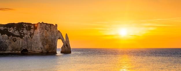Panoramisch zicht op de klif van etretat aval bij zonsondergang
