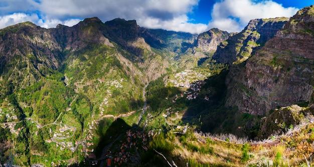 Panoramisch zicht op de nonnenvallei op madeira