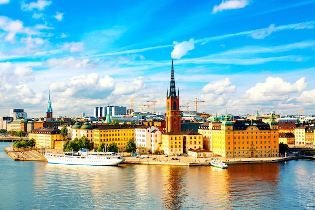 Panoramisch zicht op de oude stad gamla stan van stockholm.