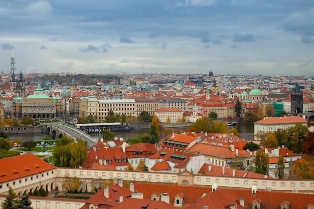 Panoramisch zicht op de oude stad van praag. geschiedenis, kathedraal. luchtfoto uitzicht over de oude stad in praag, tsjechië. bohemen, beroemd.