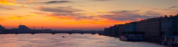Panoramisch zicht op de rivier de neva in de vroege ochtend