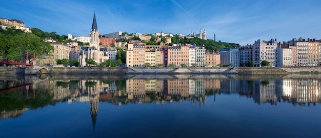 Panoramisch zicht op de rivier de saone in lyon, frankrijk