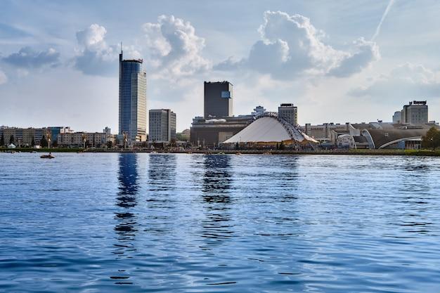 Panoramisch zicht op de stad achter de rivier