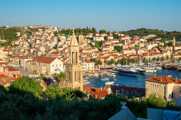 Panoramisch zicht op de stad hvar in kroatië.
