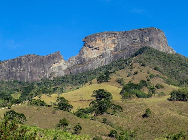 Panoramisch zicht op de steen van de kist op de grens van de steden sao bento do sapucai en campos do jordao