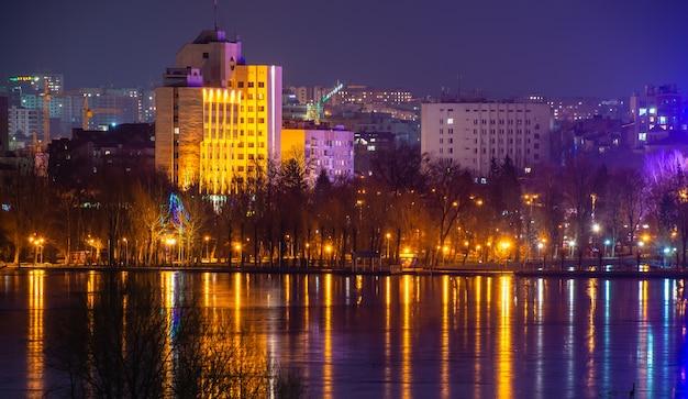 Panoramisch zicht op de vijver en het kasteel van ternopil in ternopol, oekraïne, op een winternacht