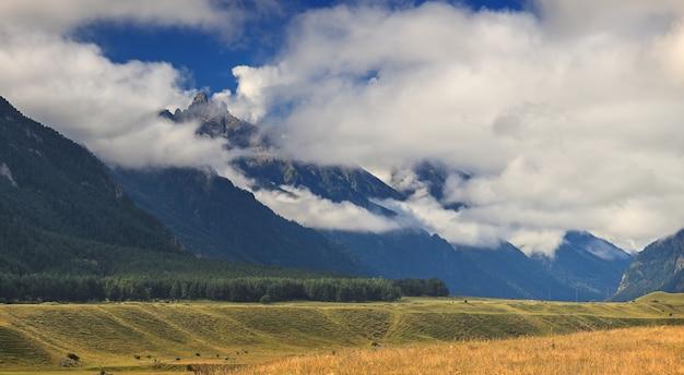 Panoramisch zicht op de wolken boven de heuvels bij mount elbrus