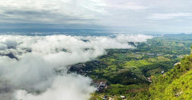 Panoramisch zicht op de wolken die de stad bedekken, genomen vanaf het hoogste punt op de top van de berg in thailand.