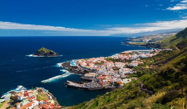 Panoramisch zicht op een gezellig garachico-stadje