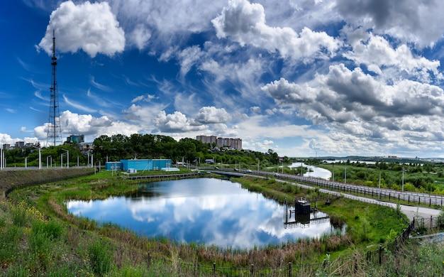 Panoramisch zicht op een zonnige zomerdag met prachtige wolken