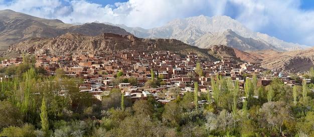 Panoramisch zicht op het dorp abyaneh in de hooglanden, natanz county, iran.