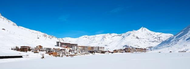 Panoramisch zicht op het dorp tignes in de winter, frankrijk.