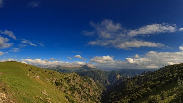 Panoramisch zicht op het hoogplateau in de noord-kaukasus in rusland.