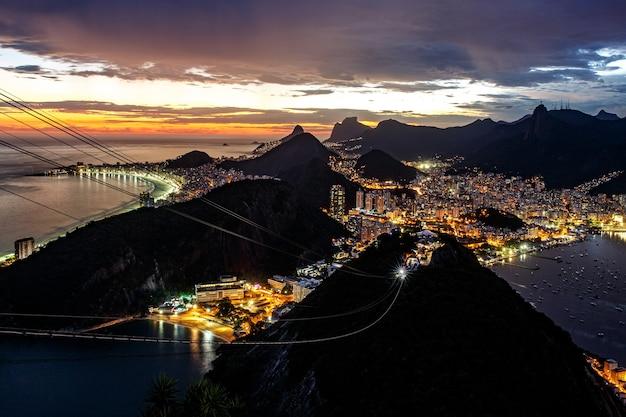 Panoramisch zicht op het landschap van rio de janeiro, brazilië, corcovado moutain in zonsondergang.