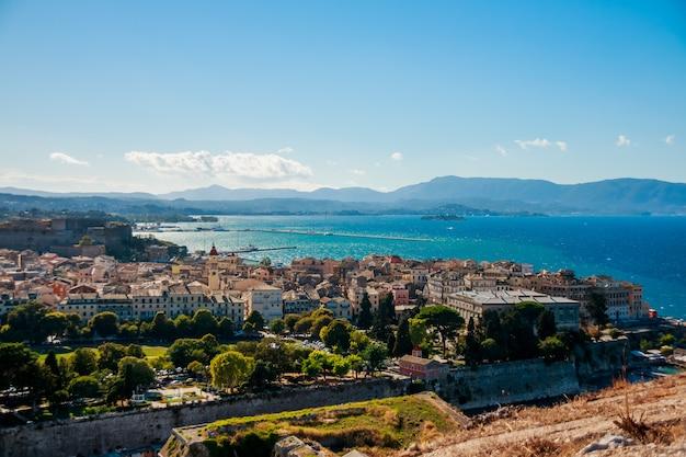 Panoramisch zicht op het oude centrum van corfu