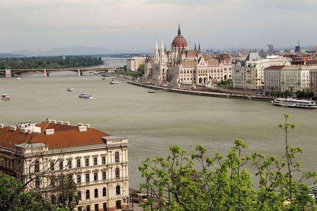 Panoramisch zicht op het parlement, de stad en de rivier in de lentedag boedapest hongarije