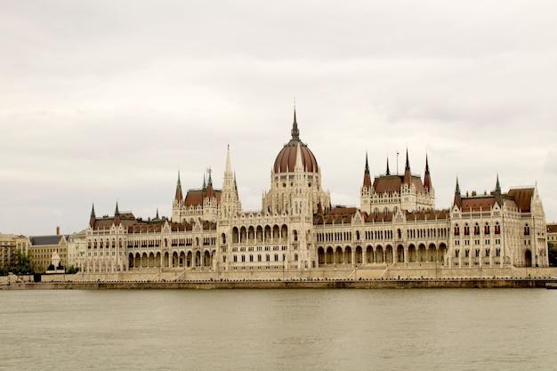 Panoramisch zicht op het parlement en de rivier