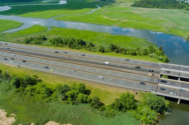 Panoramisch zicht op het snelwegverkeer van auto's die op de snelweg in de buurt van de rivier rijden