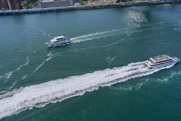 Panoramisch zicht op jacht dat passagiers vervoert op de hudson rivier new york manhattan usa