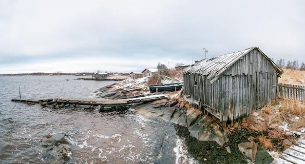 Panoramisch zicht op kem. vissersdorp rabocheostrovsk aan de oever van de witte zee tijdens eb.