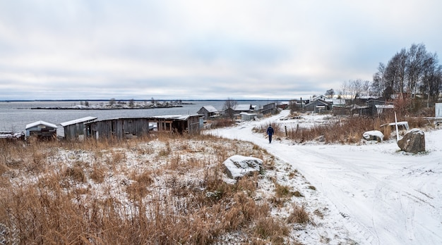 Panoramisch zicht op kem. vissersdorp rabocheostrovsk aan de oever van de witte zee.
