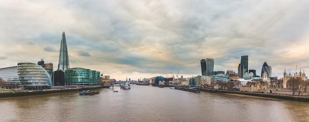 Panoramisch zicht op londen vanaf tower bridge