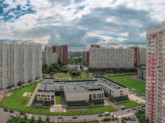 Panoramisch zicht op modern wooncomplex voor gezinnen, luchtfoto. moskou. khimki.