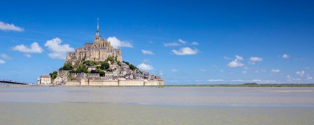 Panoramisch zicht op mont-saint-michel met blauwe hemel, frankrijk.
