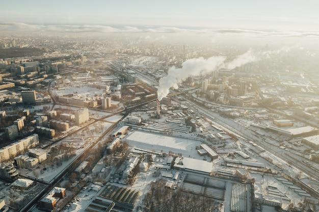 Panoramisch zicht op moskou. stad in de winter, straten en dak in de sneeuw.