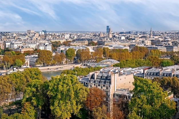 Panoramisch zicht op parijs in de herfst, frankrijk
