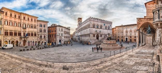 Panoramisch zicht op piazza iv novembre, perugia, italië