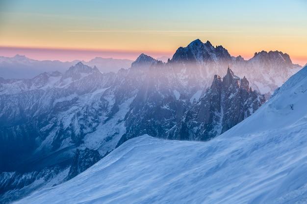 Panoramisch zicht op rotsachtige toppen van aiguille du midi bij de zonsopgang. chamonix, frankrijk. schilderachtig beeld van wandelconcept. perfect moment in alpine hooglanden.