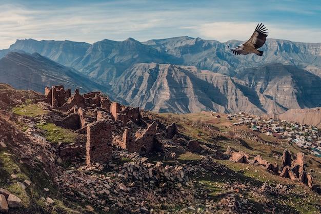 Panoramisch zicht op ruïnes en torens van de aul ghost goor in dagestan in het avondlicht. rusland.