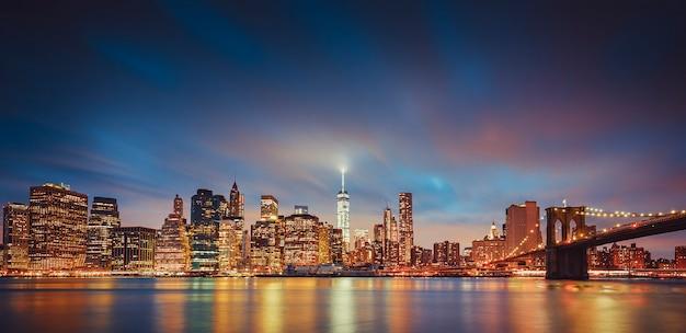 Panoramisch zicht op 's nachts new york