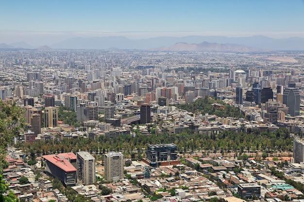 Panoramisch zicht op santiago vanaf de san cristobal-heuvel in chili