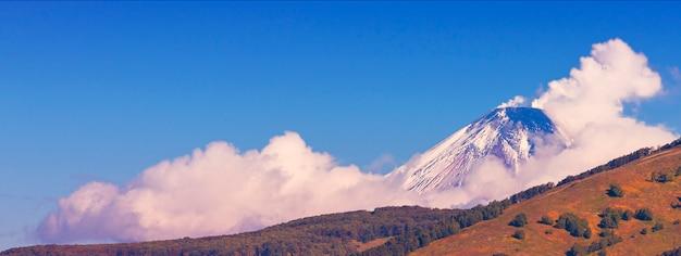 Panoramisch zicht op sneeuw vulkaan en blauwe hemel