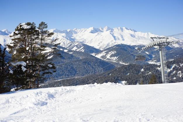 Panoramisch zicht op sportresort voor wintervakantie.