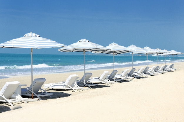 Panoramisch zicht op stoelen op het strand