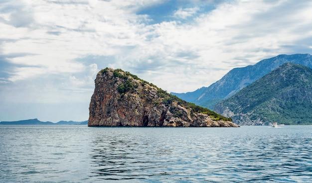 Panoramisch zicht op turtle island in antalya, turkije. middellandse zee