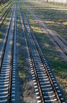 Panoramisch zicht op veel roestige spoorlijnen
