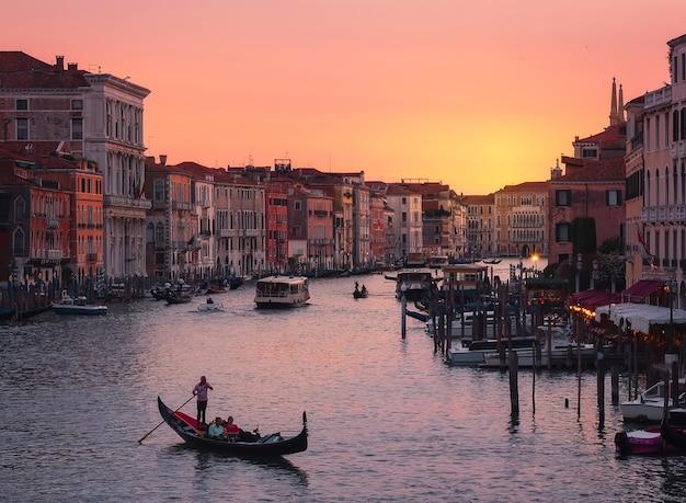 Panoramisch zicht op venetië, bij zonsondergang, vanaf de rialtobrug bij zonsondergang