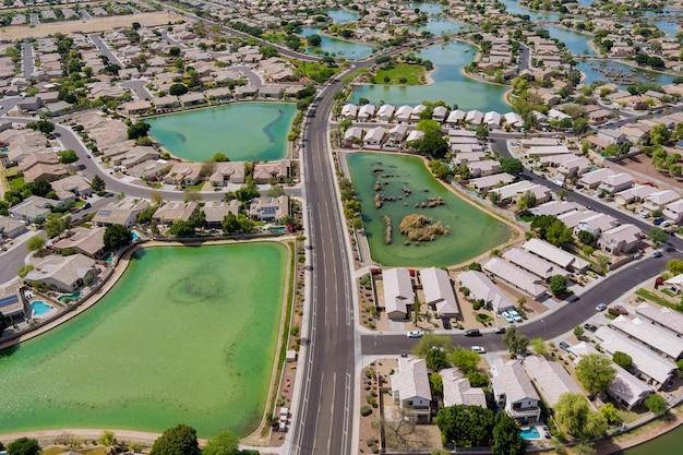 Panoramisch zicht van buurt eengezinswoningen boven woningen in de voorsteden in woonwijk in de buurt van vele kleine vijver met avondale stad arizona usa